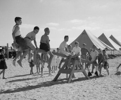 Деца избеглице играју се у кампу Уједињених нација у Ел ату, основаном за помоћ и рехабилитацију избеглица из Југославије у Египту (Америчка администрација за безбедност / Канцеларија за ратне информације, Ото Гилмор, фото-колекција)