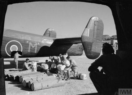 """Канистери за снабдевање пре укрцавања на RAF-ов бомбардер """"халифакс"""" (Империјални ратни музеј, Лондон, фото-архива, CNA 3138)"""
