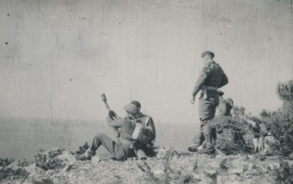 British soldiers with arms, Island of Vis, January 1944. (Military Museum, Belgrade, Collection of photographs, 8650)