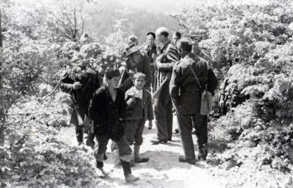 Капетан Вилијем Расел с децом партизанима маршира негде у Југославији. Расел је касније помогао да се поново отвори британска дипломатска мисија у Београду (Приватна колекција госпође Луиз Расел)
