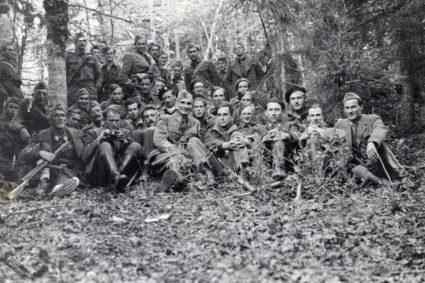 Бригадир Фицрој Меклејн с Кочом Поповићем и припадницима совјетске војне мисије, по доласку на планину Радан, августа 1944 (Приватна колекција госпође Џејни Спринг)