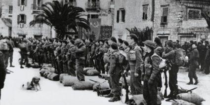 Британски командоси у Комижи на Вису. Многи од њих који су погинули у операцијама на Јадранском мору сахрањени су у Београду, на Војном гробљу земаља Комонвелта. (Национални војни музеј, Лондон, фото-колекција, 1968-02-68-244)