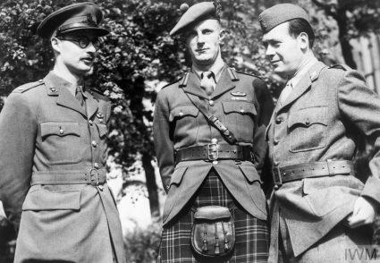 Мајор Г. В. Алстон, бригадир Фицрој Меклејн и генерал Владимир Велебит у Хајд парку у Лондону после рата (Империјални ратни музеј, Лондон, фото-архива, HU55650)