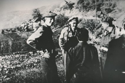 Fitzroy Maclean, Head of the British Military Mission with Randolph Churchill and journalist John Talbot, Drvar, May 1944. (Military Museum, Belgrade, Collection of photographs, 19355)