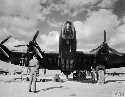 """Бомбардер """"халифакс"""" с пуним канистерима за снабдевање чека полетање (Империјални ратни музеј, Лондон, фото-архива, CNA 3231)"""