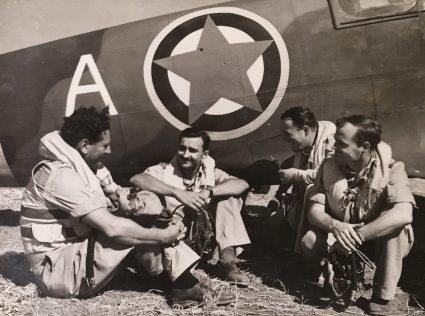 Југословенски пилоти се одмарају пред следећу мисију. Из ове ескадриле живот је изгубило 27 пилота (Империјални ратни музеј, Лондон, фото-архива, CNA 3100)