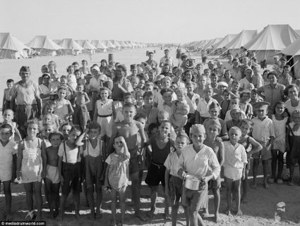 Више од 30.000 људи живело је 18 месеци у кампу за избеглице. За то време склопљено је 300 бракова и рођено 650 деце (Америчка администрација за безбедност / Канцеларија за ратне информације, Ото Гилмор, фото-колекција)