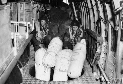 Посада RAF-а баца помоћ из ваздуха без падобрана – најчешће неломљиве ствари, као што су униформе и завоји (Империјални ратни музеј, Лондон, фото-архива, CNA 3235)