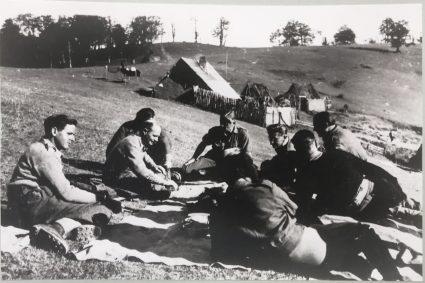 Официри SOE одмарају у близини Прањана док чекају евакуацију (Империјални ратни музеј, Лондон, фото-колекција, 8905-16)