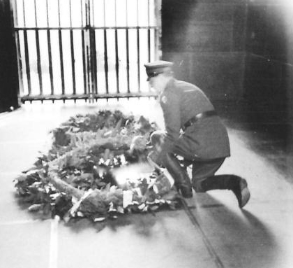 Field Marshal Alexander lays a wreath at the Grave of the Unknown Soldier on Avala. (IWM, London, photographic archive, NA22561)