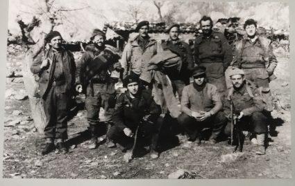Припадници британске мисије код партизана, са водичима, који су преживели битку на Сутјесци (Империјални ратни музеј, Лондон, фото-колекција, 9507-15)