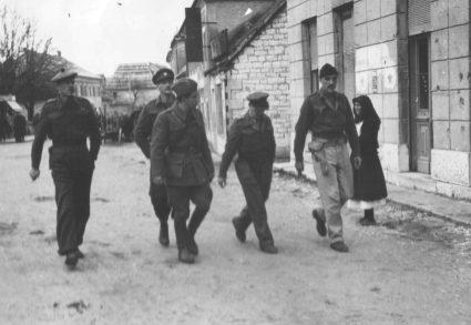 Британски официри у Јајцу 1943. године, на Другом заседању Комунистичке партије. Мајор Џон Хеникер Мејџор (десно на крају) шета поред капетана Вилијема Дикина (Приватна колекција госпође Џејни Спринг)