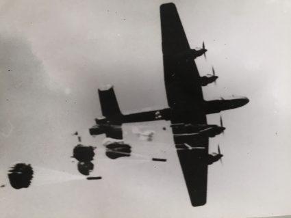 """Помоћ и намиринице бачене падобраном из RAF-овог бомбардера """"халифакс"""", снимљено с земље (Империјални ратни музеј, Лондон, фото-архива, CNA 3243)"""