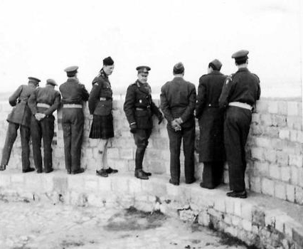 Фелдмаршал Александер на Калемегдану гледа реке Дунав и Саву с истог места одакле је бригадир Фицрој Меклејн посматрао повлачење немачке војске ка Земуну (Империјални ратни музеј, Лондон, фото-архива, NA22522)