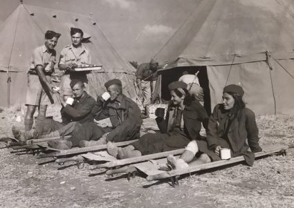 Рањени партизани пију чај (Империјални ратни музеј, Лондон, фото-архива, CNA 3078)