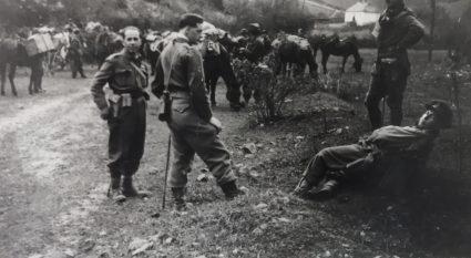 Британски официри с партизанима, на паузи током марша (Империјални ратни музеј, Лондон, фото-колекција, 9507-15)