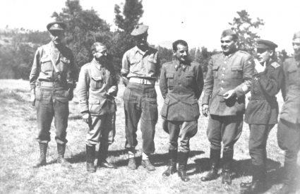 Група виших партизанских официра и чланова Меклејнове војне мисије праве паузу у шуми за групну фотографију (Приватна колекција госпође Луиз Расел)