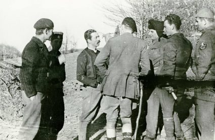 Major Japer Rootham wearing assorted British uniform items in discussions with JVuO officers shortly after his arrival in Serbia. (IWM, London, photographic collection, 8912-19)