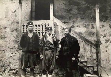 Мајор Хадсон (лево) с генералом Михаиловићем (десно) и једним старим црногорским ветераном из Првог светског рата и балканских ратова